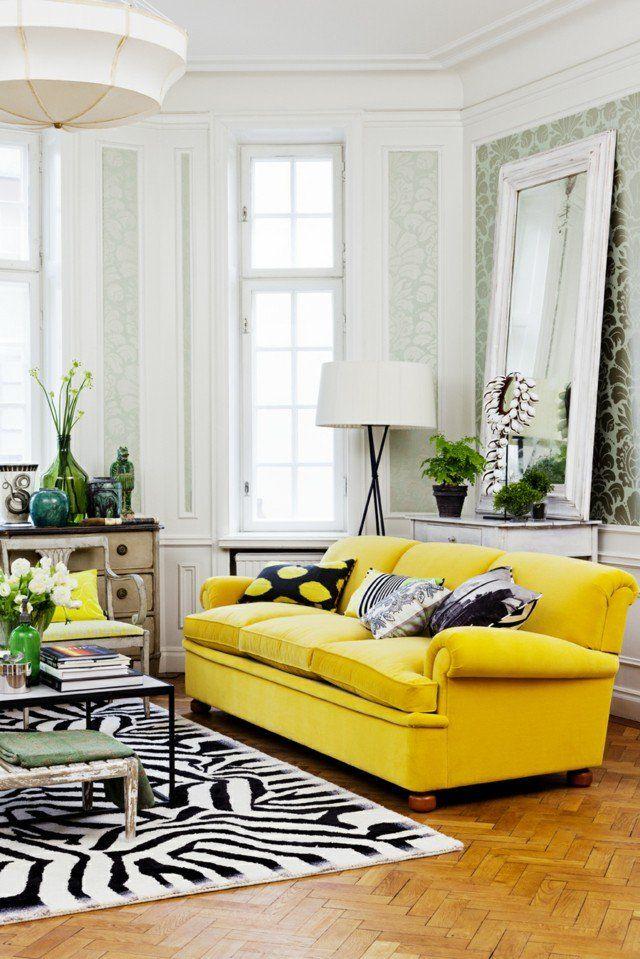 salon con sofa amarillo