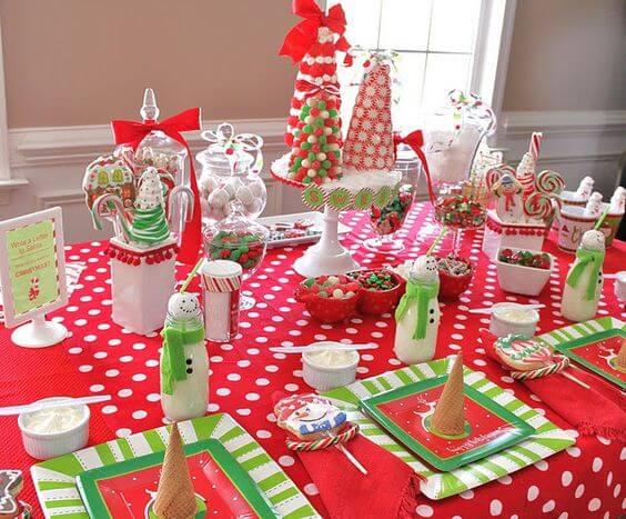 Decoración infantil de una mesa de Navidad