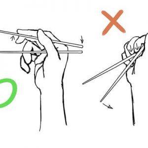 Cómo se sujetan correctamente los palillos chinos