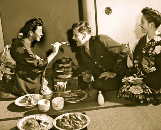 Foto antígua de una comida con palillos chinos