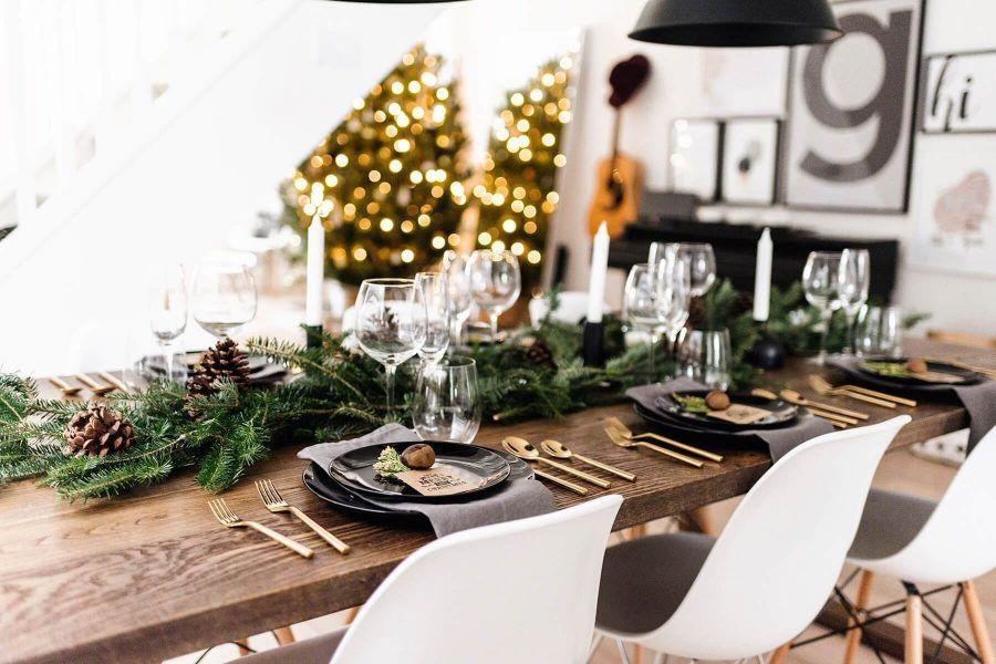 Mesa de Navidad decorada sobre una mesa de madera vista.